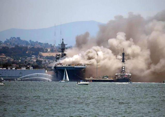 美國聖地亞哥基地「好人理查德」號兩棲攻擊艦(USS Bonhomme Richard)發生火災