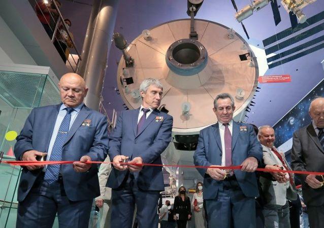 曾兩次榮獲蘇聯英雄稱號的宇航員弗拉基米爾·賈尼別科夫(左邊)