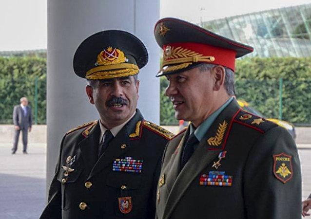 俄羅斯國防部長紹伊古(右)和阿塞拜疆國防部長哈薩諾夫