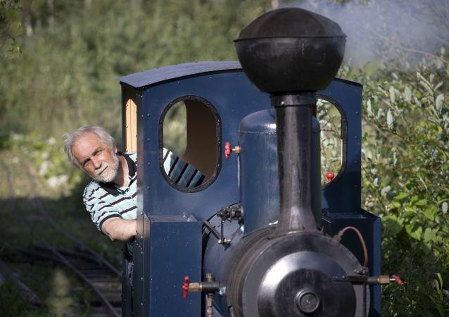 聖彼得堡工程師介紹自己在森林中鋪設小型鐵路