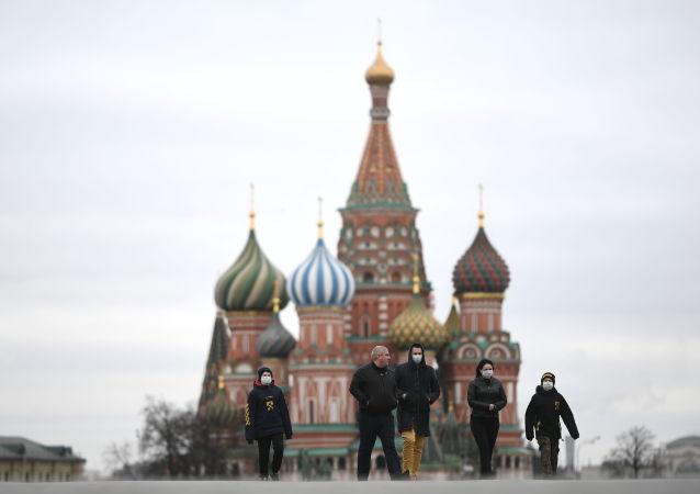 莫斯科紅場上戴口罩的行人