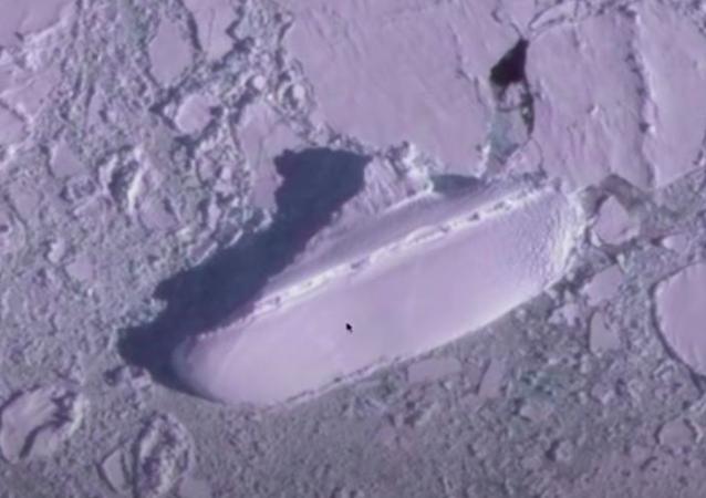南極洲海岸發現神秘「冰船」