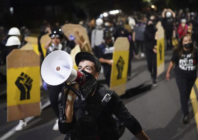 美國波特蘭警方宣佈市政府旁的抗議為騷亂