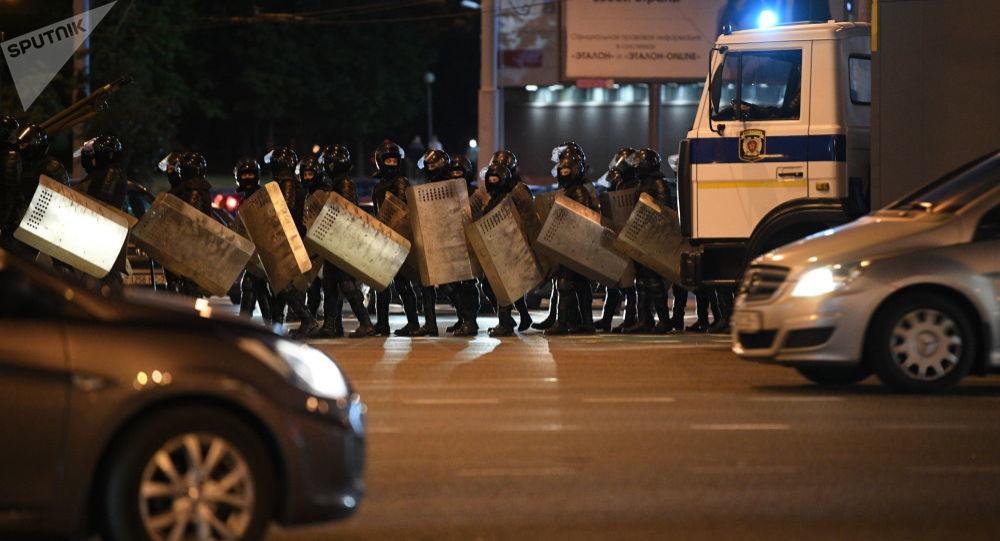 執法人員在明斯克普列漢諾夫街地區使用震撼彈