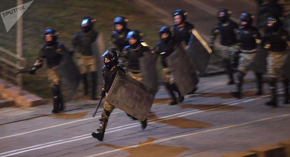 軍人從明斯克政府大樓逼退抗議者