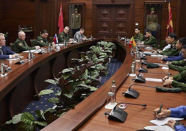 俄副防長福明與緬甸總參謀長妙吞烏在莫斯科舉行會談