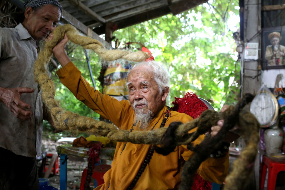 越南一位92歲的老人展示自己的5米長辮