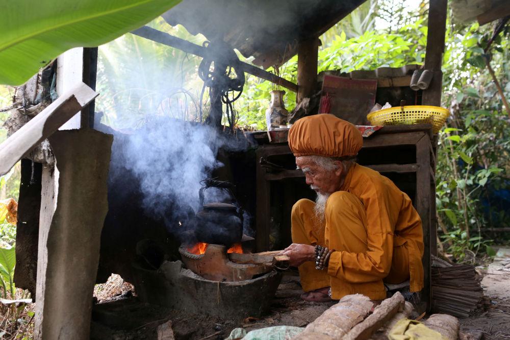老人正在自己做飯