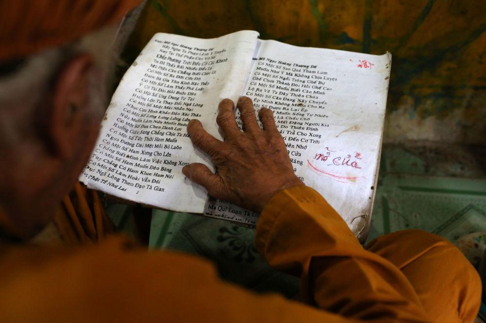 92歲的老人正在祈禱