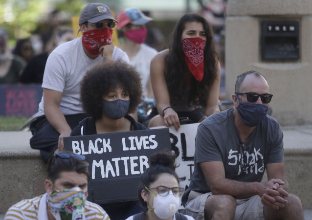 媒體:美國加州一輛汽車駛入抗議人群導致2人受傷