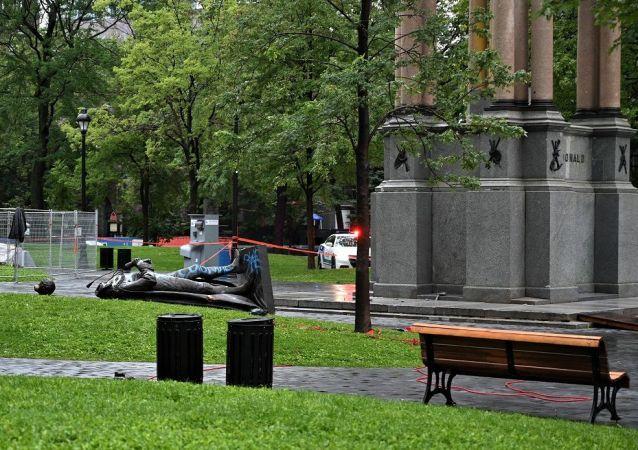 媒體:蒙特利爾的抗議者推倒加拿大首任總理雕像