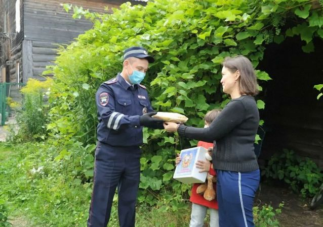 獲救男孩父母向韃靼斯坦警察贈餡餅以感謝救命之恩