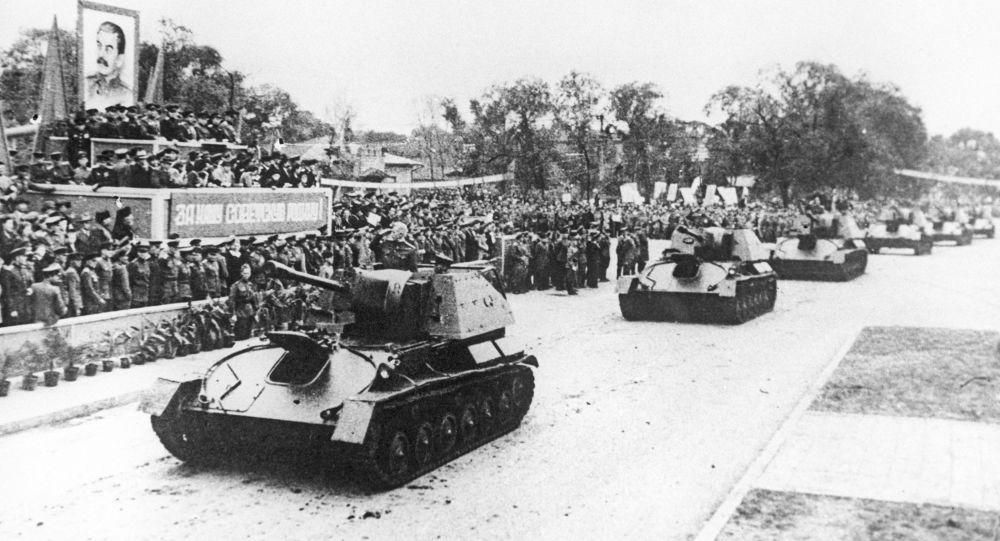 哈爾濱蘇軍閱兵式坦克營通過