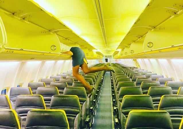 意大利空姐鑽進行李架的照片驚呆網友