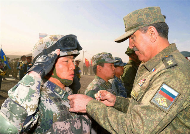 俄羅斯國防部副部長葉夫庫羅夫中將向中方參演官兵頒發勳章