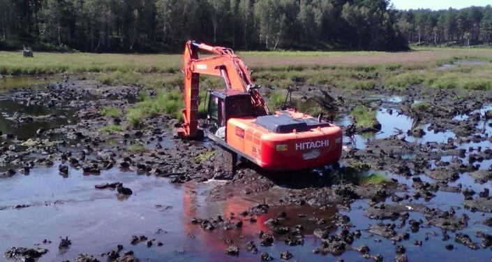 挖掘機加深湖底、清淤