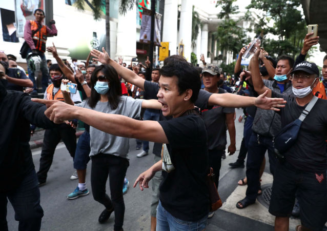 泰國警察對示威者使用水槍和催淚物
