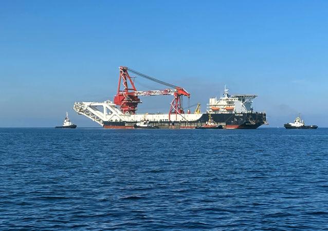 可完成「北溪-2」管道鋪裝工作的「福爾圖娜」號鋪管船離開德國維斯馬港
