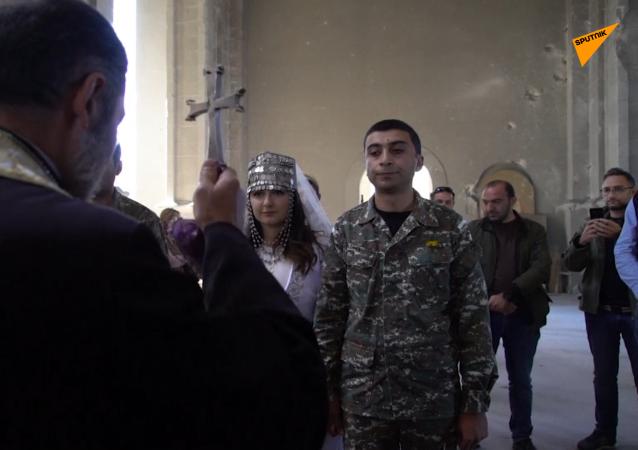 戰爭時期的愛情:納卡受損教堂里的婚禮