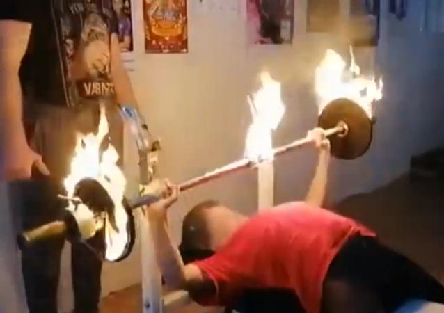 女中學生用燃燒的槓鈴創下記錄