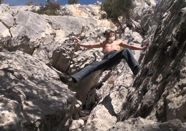 60歲登山者徒手攀岩