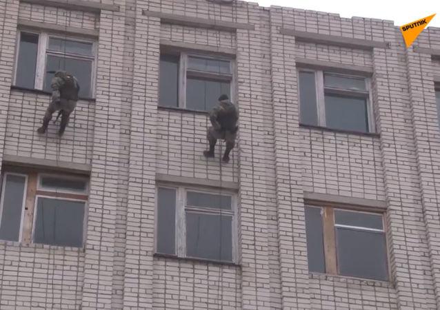 俄偵察兵演練進攻被假想恐怖分子佔領的建築物