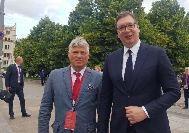 塞爾維亞駐俄羅斯特命全權大使米羅斯拉夫•拉贊斯基(左邊)和塞爾維亞總統亞歷山大·武契奇