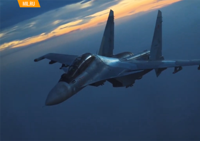 俄空天部隊的伊爾-78加油機為戰鬥機和轟炸機進行晝夜加油