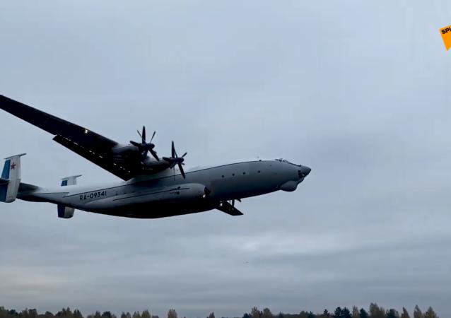 安-22「安泰」在低雲條件下飛行