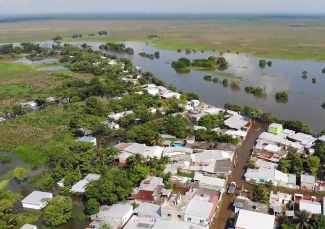 墨西哥南部洪水迫使上萬人疏散