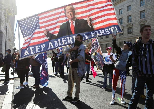 媒體:華盛頓遊行者衝突期間一男子背部受刀傷