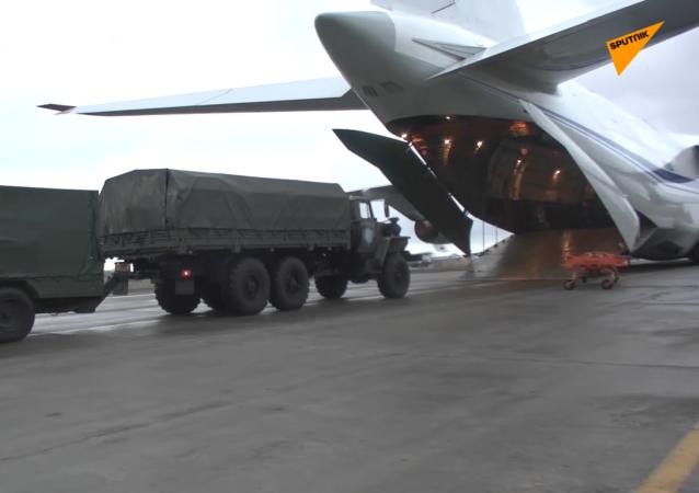 俄維和部隊人員和裝備抵達埃里溫機場