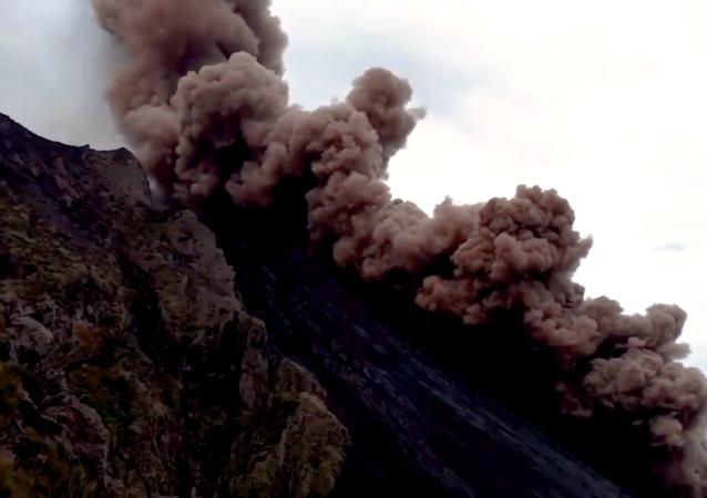 意大利斯特龍博利火山噴發