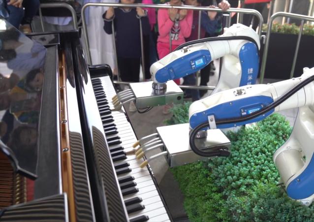 類人機器人彈鋼琴