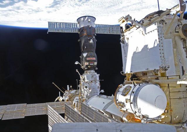 國際空間站考察組人員手動完成進步飛船與空間站的對接