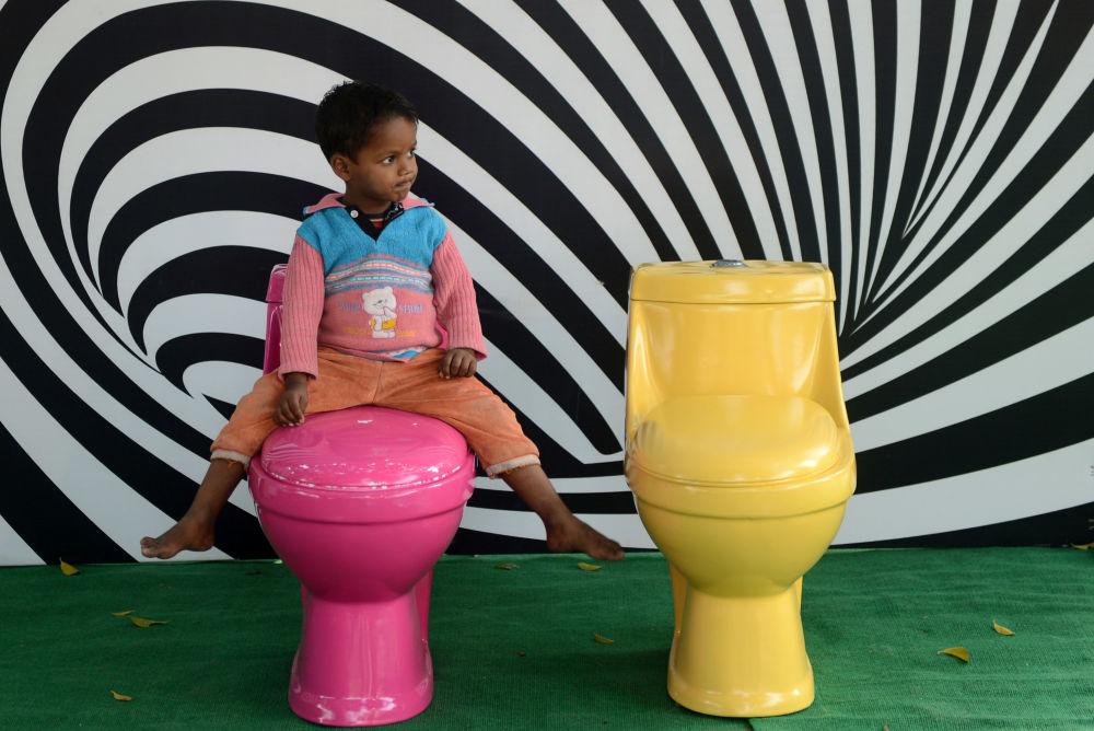 在世界廁所日之際,在新德里舉行的「廁所是美麗的」活動中,一個印度小男孩在上廁所