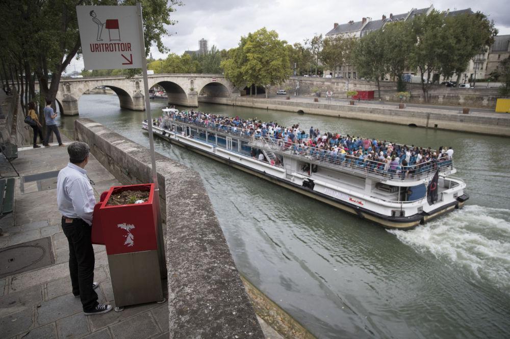 巴黎一條街道上的公共小便池