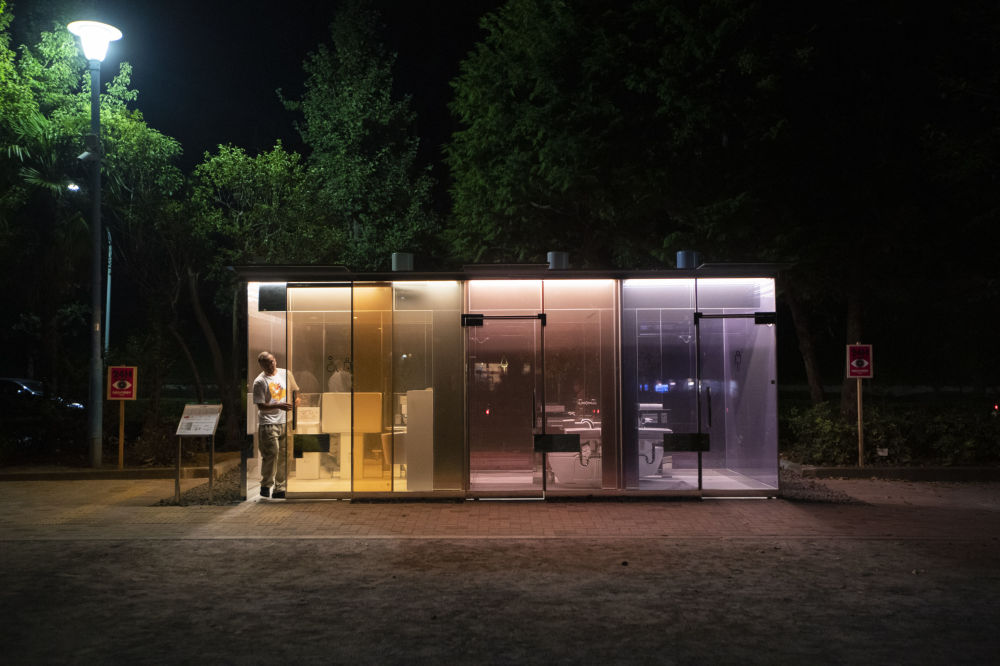 東京代代木迷你公園,公共廁所透明玻璃旁的男子