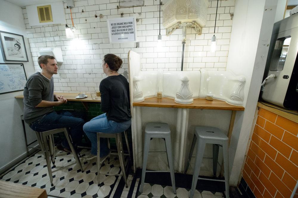倫敦市中心,遊客參觀以前是公廁、現在被改成咖啡館的地方