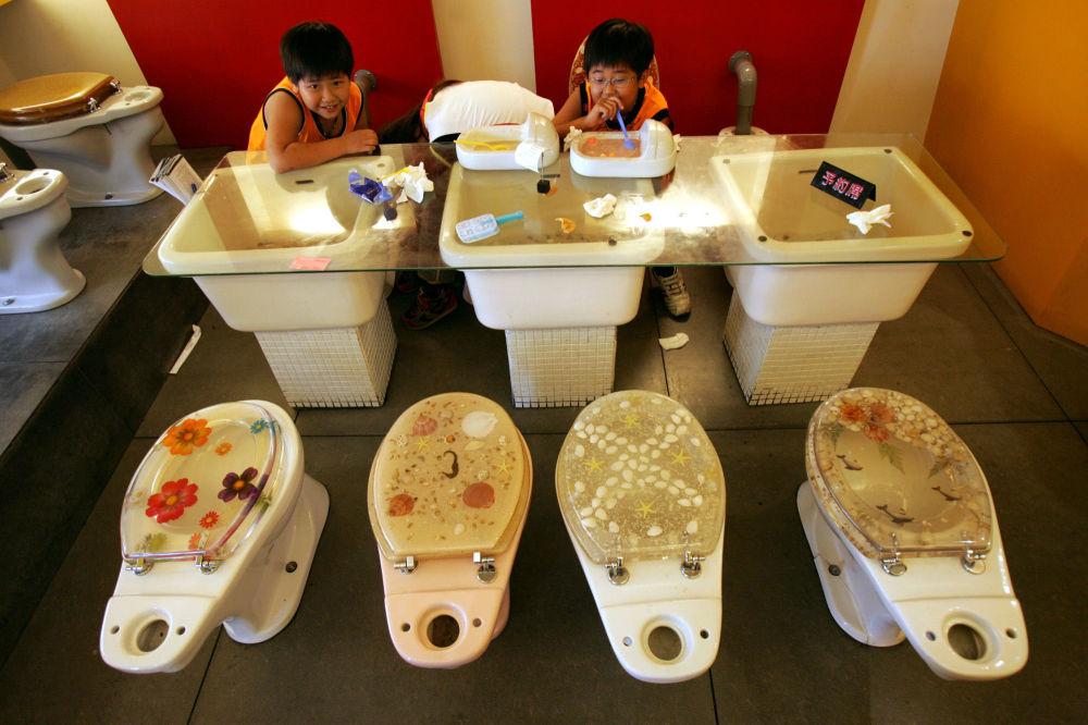 台灣高雄的一家主題餐廳內,孩子們吃著被做成迷你廁所樣子的冰淇淋