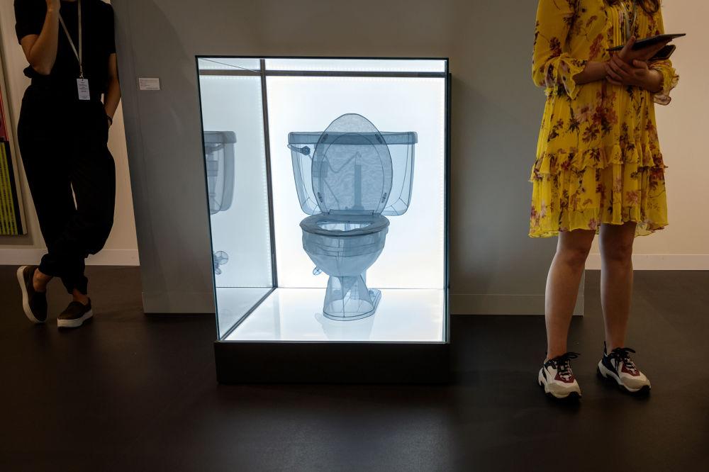瑞士巴塞爾立木畫廊(Lehmann Maupin)中陳列的韓國畫家徐道獲的題為「Toilet, Apartment A, 348 West 22nd Street, New York, NY 10011, USA」的藝術作品