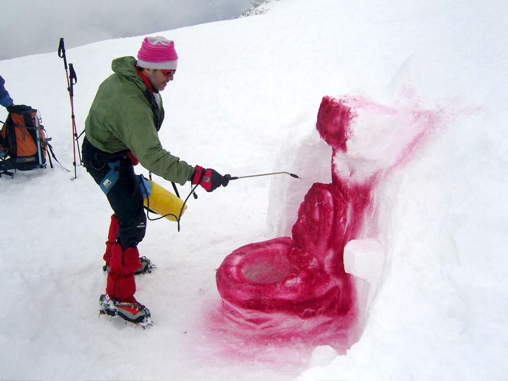 科爾德弗拉姆博山口,丹麥藝術家用冰和油漆做成的廁所雕塑
