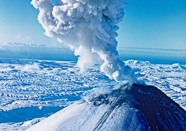 俄堪察加半島克柳切夫火山噴出6000米高灰柱