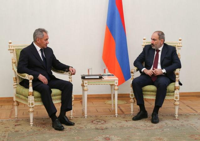 俄羅斯國防部長紹伊古(左)和亞美尼亞總理帕希尼揚