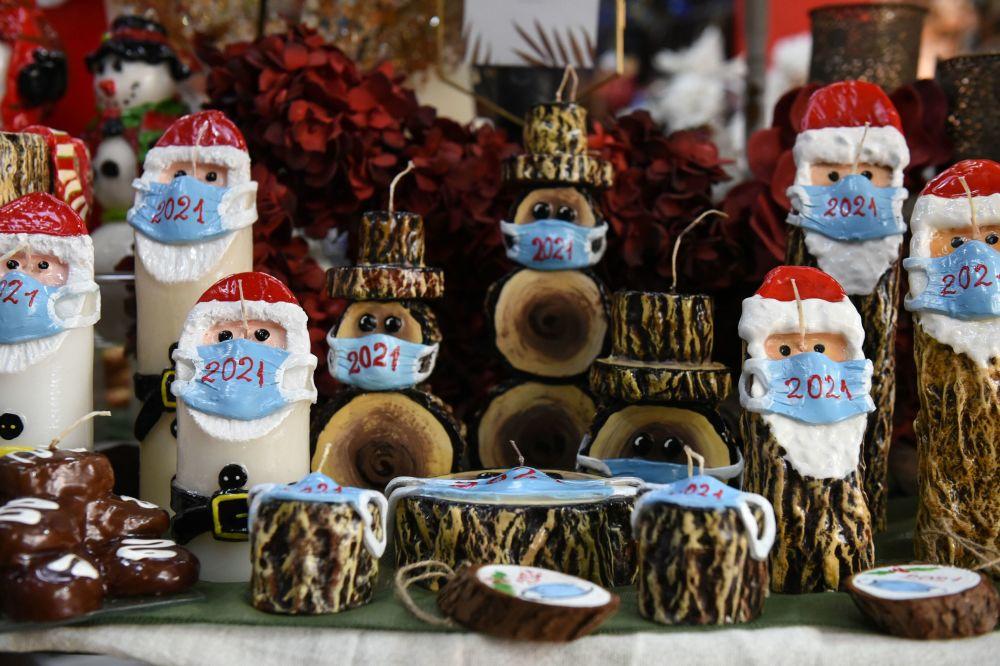 希臘一家商店售賣聖誕老人戴口罩樣式的聖誕蠟燭