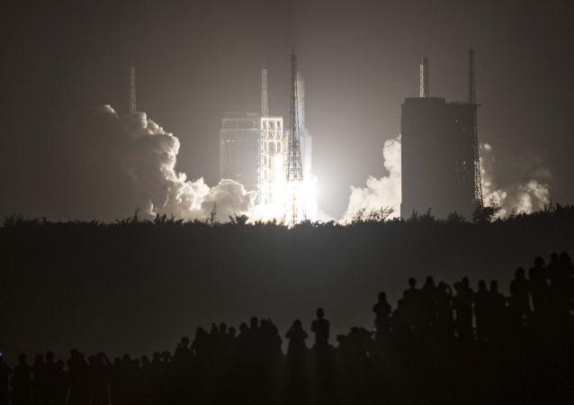 中國「長征-5」火箭成功將月球探測器送入預定軌道