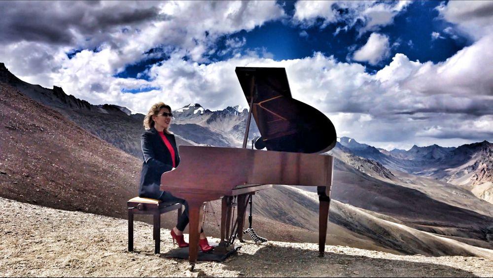 烏克蘭鋼琴家依芙琳娜 (Evelina De Lain)在喜馬拉雅山演奏,創下世界紀錄