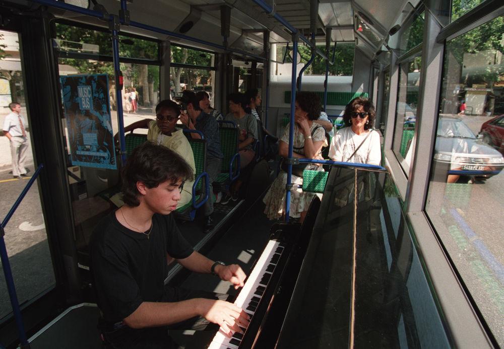 鋼琴家在法國公交車上表演