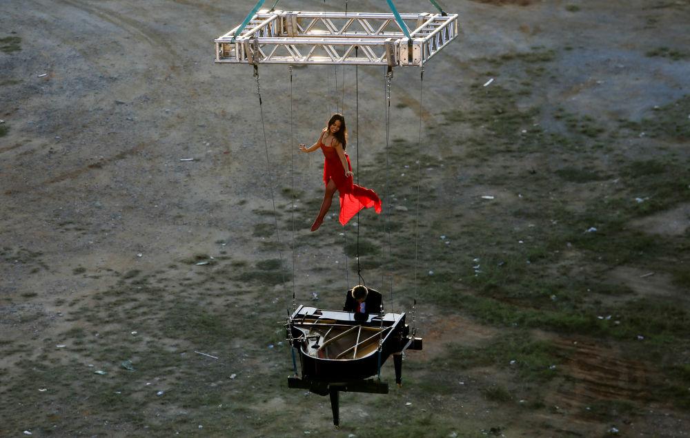 巴西鋼琴家和芭蕾舞演員在聖保羅空中表演