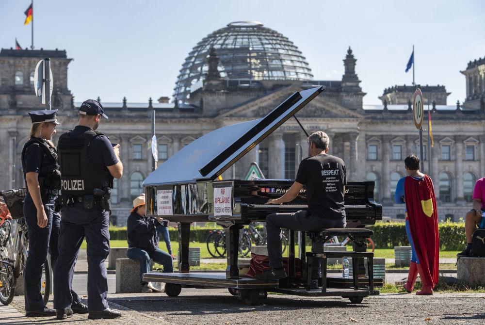 柏林反德國國會鋼琴表演現場的警察